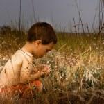 自然の中で若い子 — ストック写真