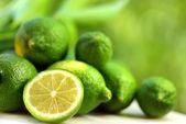 Skupina zelené citrony. — Stock fotografie