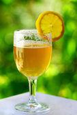 бокал холодного пива и лимоном. — Стоковое фото