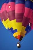Balão de ar quente no céu azul. — Foto Stock
