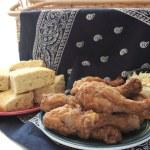 Fried chicken and cornbread — Stock Photo