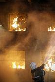 Bomberos combatiendo un incendio. hombre ardiente — Foto de Stock