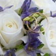 Wedding rings and roses - Zdjęcie stockowe
