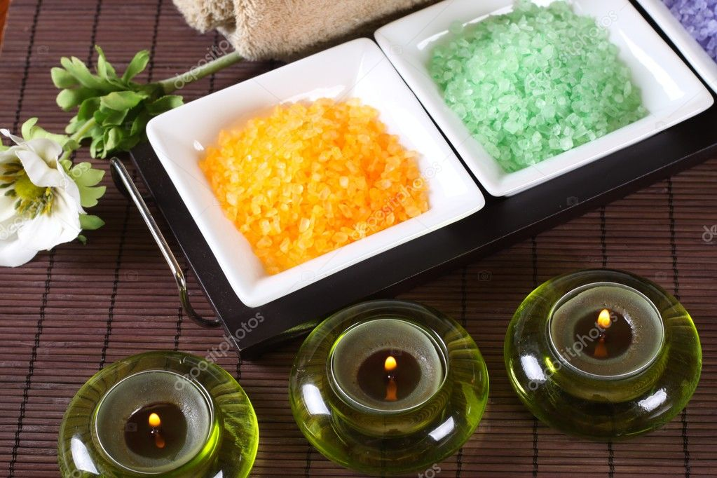 Composition Spa, bath salts, candles and a towel — Stock Photo #2098337