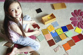 Girl plays traditional tangram game — Stock fotografie