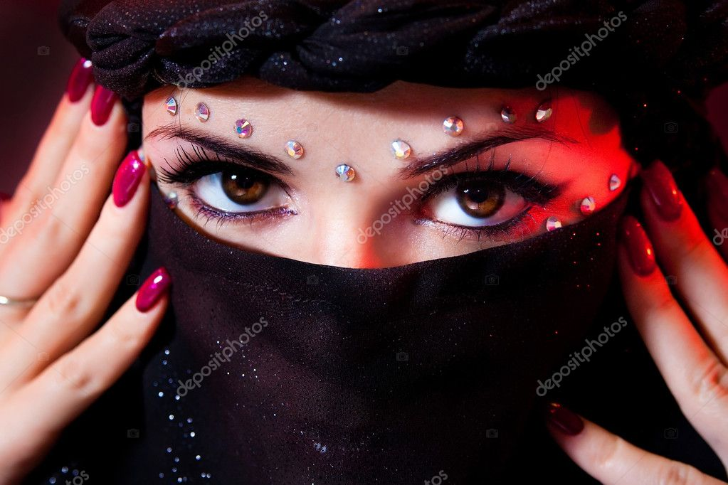 Arabian woman close-ups brown eye look. — Stock Photo #2132838