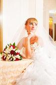 Bionda sposa con bouquet. — Foto Stock