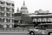 Taxi at St Paul's Cathedral. — Stock Photo