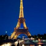 Eiffel tower illuminated at dusk. — Stock Photo