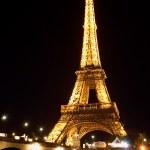 Eiffel tower illuminated at night — Stock Photo