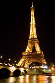 Eiffel tower illuminated at night — ストック写真