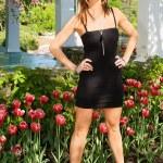 sexy dáma stojící před tulipány — Stock fotografie