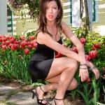 sexy dáma před tulipány — Stock fotografie