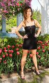 Sexy signora in piedi davanti a tulipani — Foto Stock