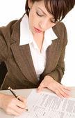 Jonge zakenvrouw ondertekening van een document — Stockfoto