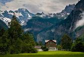 House close to a Steep Mountain — Stock Photo