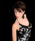 女性の黒のドレスでポーズ — ストック写真