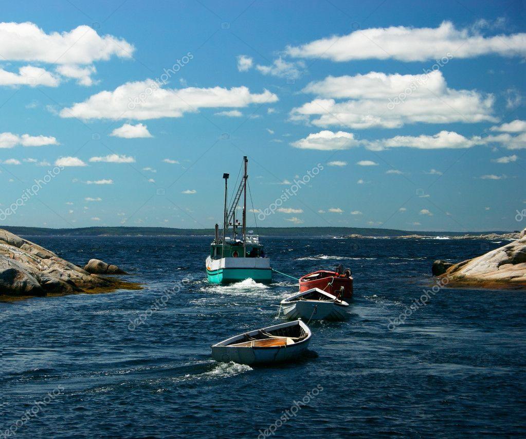 тащат лодку