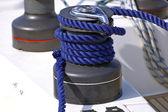 Wciągarka z lina niebieski na żaglówce — Zdjęcie stockowe