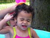 Kleinkind Mädchen Spritzen — Stockfoto