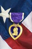 Corazón púrpura en la bandera usa — Foto de Stock