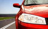 Groene sport auto op een snelweg — Stockfoto