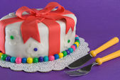 Fondant Gift Cake With Fork and Knife — Stockfoto