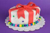 Renkli fondan hediye pasta — Stok fotoğraf