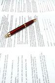Красное перо и контракты — Стоковое фото
