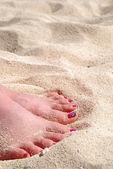 在白色的沙滩上 pedicured 的英尺 — 图库照片