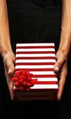 Donna d'affari, dare un dono — Foto Stock
