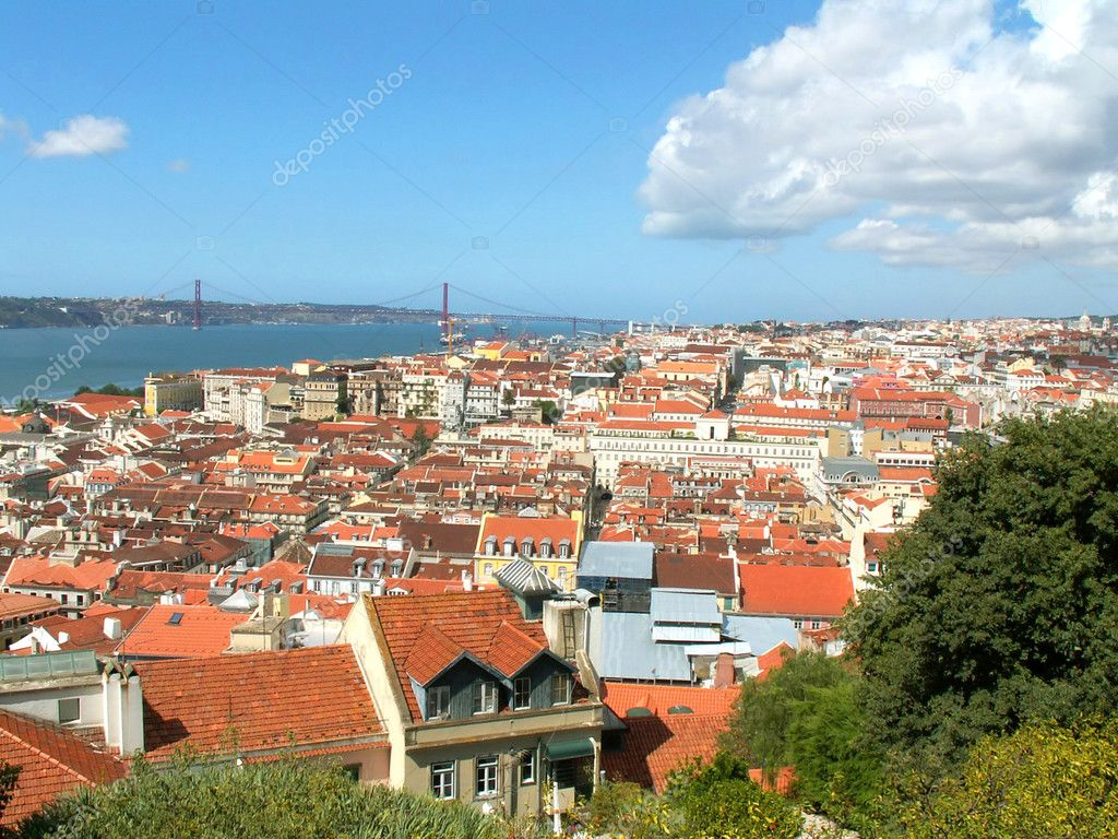 Red roof in the old town in Lisbon. Portugal — Stock Photo #1976898