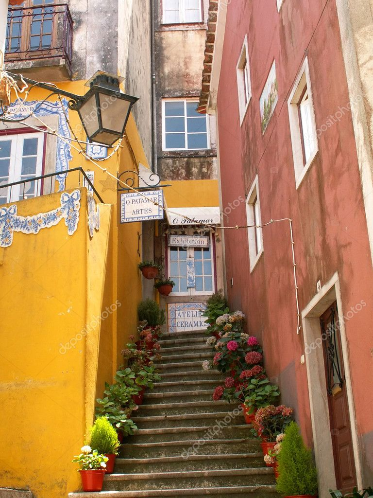 Colorful old houses in Lisbon, Portugal — Zdjęcie stockowe #1976914