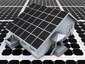 Huis op zonne-panelen — Stockfoto