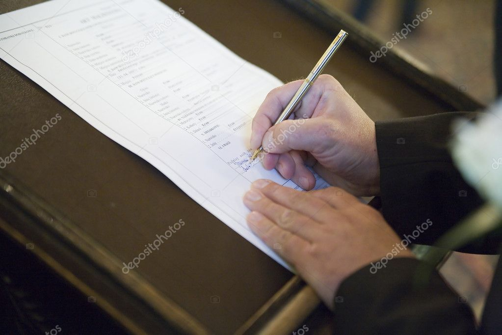 Signing the wedding document after the wedding ceremony — Stock Photo #2005436
