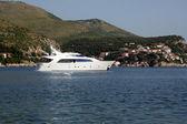 Un moyen yacht sur la côte de la mer adriatique — Photo