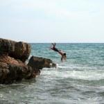 dos hombres saltando en el agua — Foto de Stock
