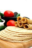 Taquitos med andra naturliga ingredienser inklusive hemgjorda tortillas, avokado, tomater, små söta lök och jalapeno chili — Stockfoto