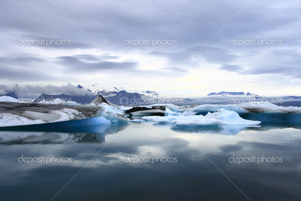 The Jokulsarlon lake is a glacial lake in Iceland — Stock Photo #2025837