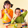 Kids painting eggs — Stockfoto