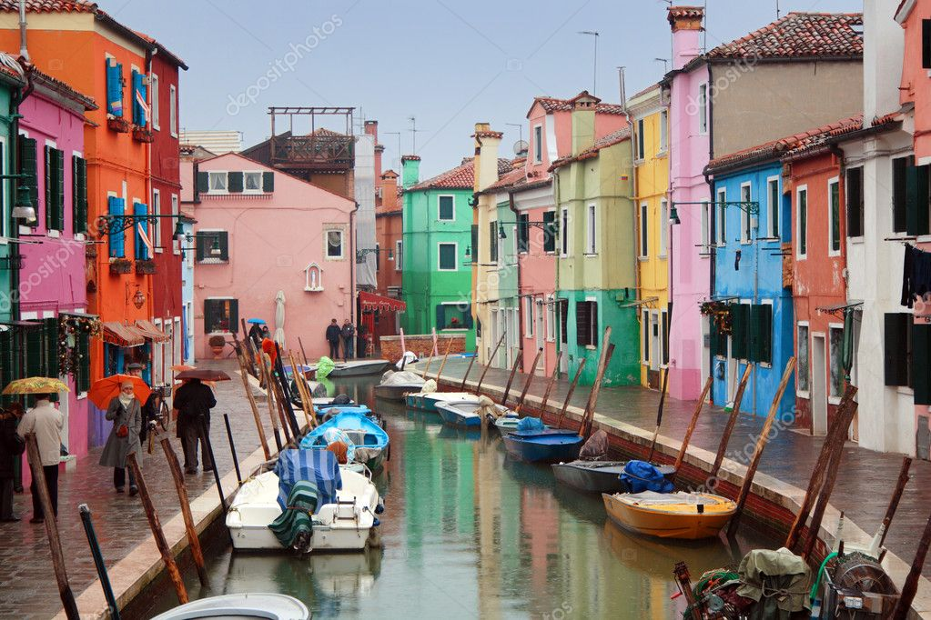 The bright pastel-coloured houses on Burano Island in the north of Venice's lagoon, Italy — Stock Photo #2011209