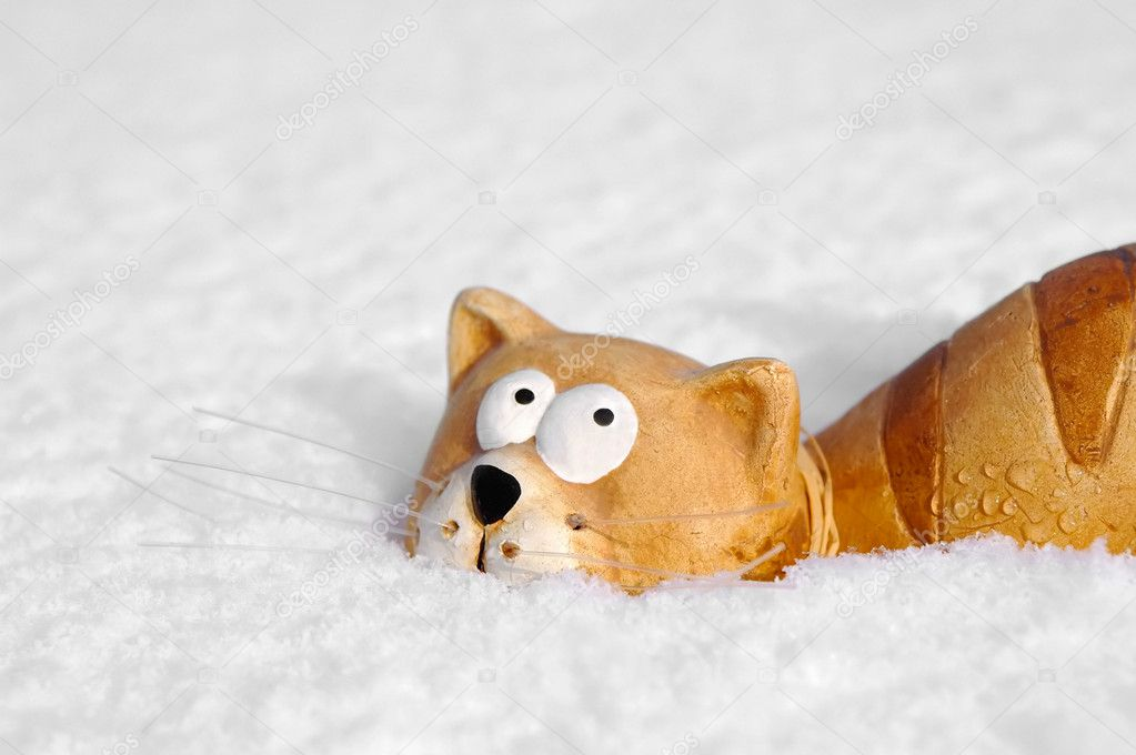 Ceramic toy cat sinking into snow — Stock Photo #2167841