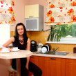 Foto Stock: Young womon kitchen