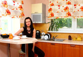 Ung kvinna på köket — Stockfoto