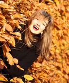 Höstens glada skönhet kvinna porträtt — Stockfoto
