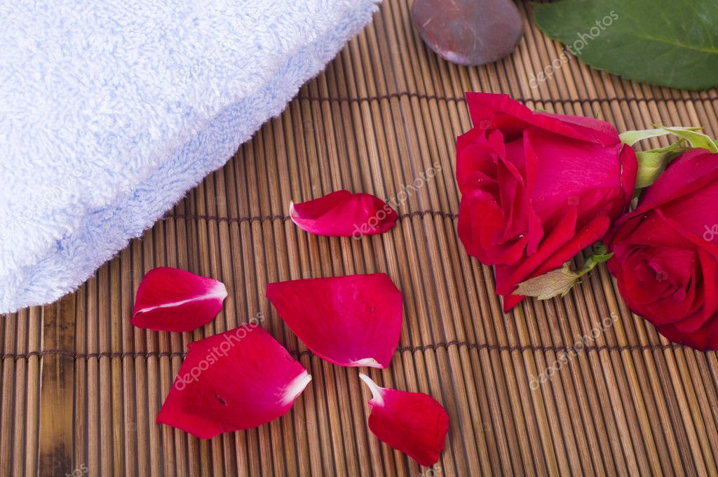 Rose spa concept with towels and rocks — Stock Photo #2160025
