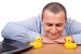 Jeune homme d'affaires et des canards en plastique — Photo