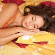 mooie jonge vrouw slapen — Stockfoto