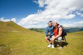 Vader en zoon wandelen in de bergen — Stockfoto