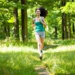 jovem mulher fazendo aeróbica ao ar livre — Foto Stock
